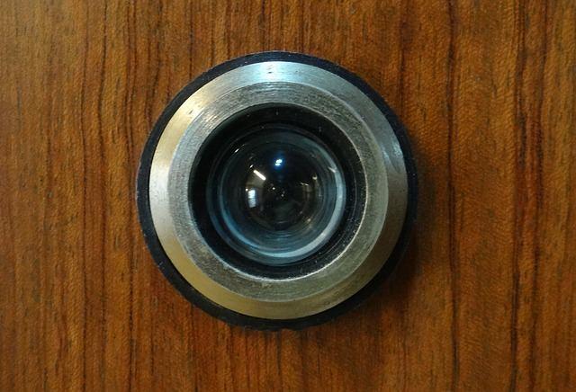 Wizjer elektroniczny – nowoczesność u drzwi