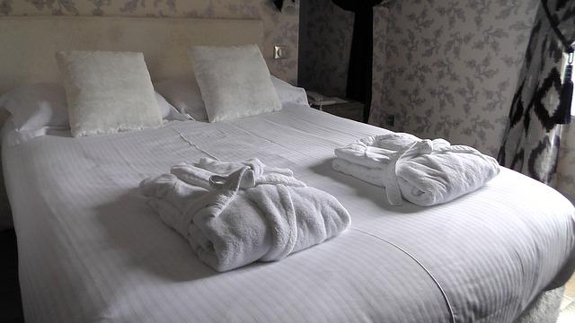 Jak dopasować prześcieradło do łóżka?
